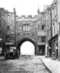 London, Clerkenwell, St John's Gate c.1870.
