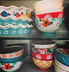 Pin for Later: 10 Kitchen Organization Tips From The Pioneer Woman Stash the dishware that makes you happy in an easy-to-reach location. How very KonMari of Ree Drummond. Pioneer Woman Dishes, Pioneer Woman Kitchen, Pioneer Woman Recipes, Pioneer Women, Kitchen Organization, Organization Hacks, Organizing, Retro Vintage, Kitchen Must Haves