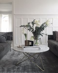 The best coffee table styling decoration ideas Coffee Table Design, Coffee Table Styling, Cool Coffee Tables, Decorating Coffee Tables, Coffee Table Flowers, Living Room Grey, Home Living Room, Living Room Decor, Dark Grey Carpet Living Room