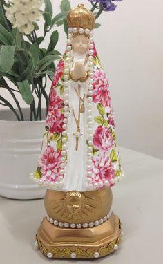 Linda imagem para presentear ou decorar o cantinho de orações. Nossa Senhora Aparecida com manto revestido em flores (decoupagem) e detalhes em pérolas e dourado.