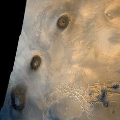 Pohled na východní část oblasti Tharsis. Zleva Arsia Mons, Pavonis Mons a Ascraeus Mons.