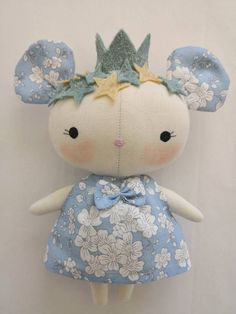 little dolls LITTLE BLUE MOUSE PRINCESS This cute little rat is inspired by the dolls of Tilda toys. Completely hand-made, your head has a crown and felt stars of merino wool sewn tightly Doll Crafts, Diy Doll, Doll Toys, Baby Dolls, Tilda Toy, Hamster, Fabric Toys, Sewing Dolls, Little Doll