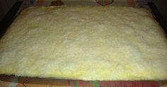 Massa: - 4 ovos (separados) - 1 copo de água fria - 2 copos de açúcar - 2 copos de farinha de trigo - 1 colher (sopa) de fermento em pó - O copo medida pode ser o de requeijão (200ml) - Calda: - 2 xícaras (chá) de açúcar - 3 xícaras (chá) de leite - 2 colheres rasas (sopa) de margarina - Creme: - 1 lata de leite condensado - 1 lata de creme de leite - 3 latas de leite de vaca - 1 gema - 2 colheres (sopa) de amido de milho - 100g de coco ralado -