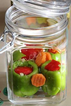 Kuru fasulyenin yanına iki salatalık turşusu doğrama devri kapandı artık :) Estetik ve çook lezzetli turşular yapabilirsiniz. Dolma Biber Turşusu...