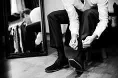 Bruidsfotografie bruidegom schoen strikken trouwen Eindhoven. Foto door Marijke Krekels Fotografie