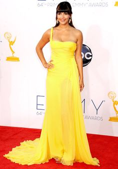 A sumptuous look for Hannah Simone in this sunny colored gown - #Emmys 2012 #STYLAMERICAN #AfterEmmys
