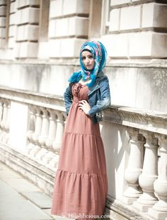 The blue hijab completes the outfit! Arab Fashion, Muslim Fashion, Modest Fashion, Fashion Muslimah, Islamic Fashion, Ski Fashion, Female Fashion, Fashion Trends, Hijab Moda