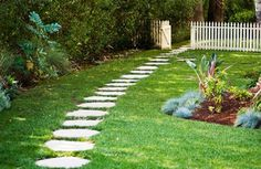 Fabulous Small Garden With Stone Path 09 Stepping Stone Pathway, Flagstone Pathway, Garden Pavers, Garden Path, Stone Paths, Stone Walkways, Backyard Walkway, Rock Path, Patio Stone