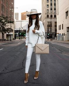 Dressy Jeans Outfit, White Jeans Outfit, Dressy Outfits, Chic Outfits, Jeans Outfit Winter, Overalls Outfit, Girls Fall Outfits, Casual Jeans, Winter Fashion Outfits