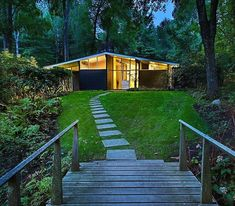 A calm MCM retreat located in Dover, Massachusetts and constructed in 1951. Architect Hugh Stubbins. Phot