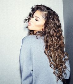 Zendaya Shows Off The Curls In The Coveteur. Zendaya gets cozy with The Coveteur and dishes on all things hair, wellness and skincare check it out after the drop. On her hair routine (which she ha… Hair Inspo, Hair Inspiration, Curly Hair Styles, Natural Hair Styles, Natural Curls, Curly Hair Layers, Round Face Curly Hair, Zendaya Style, Colored Hair
