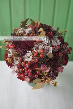 Осенний свадебный букет из бордовых и кремовых роз с ягодами шиповника и эвкалиптом