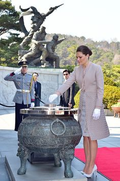 Swedish Crown Princess Victoria (R) burns incense as she visits the National Cemetery in Seoul on 24.03.2015. Princess Victoria is in South Korea on a four day official visit to strengthen relations between the two countries