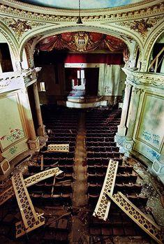 Ceci est un théâtre abandonné -  Château abandonné à Franconville (Château de Carnelle) situé dans le Saint Martin du Tertre, dans l'Ile de  France.  France.