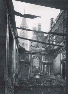 La Sala delle Udienze di Palazzo Reale dopo il bombardamento: era situata tra la Galleria degli Specchi, la Sala dell'Aurora, la Sala d'Angolo e la Sala da Pranzo. L'epicentro del danno appare essere il lato sinstro del palazzo entrando nel Cortile d'Onore da Piazzetta Reale.