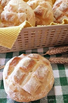 How to make homemade bread with a soft crumb and a thin crunchy crust? Bakery Recipes, Bread Recipes, My Favorite Food, Favorite Recipes, Focaccia Pizza, Croissant Recipe, Snacks, Italian Recipes, Food To Make