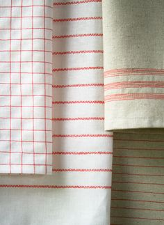 Diy Sewing Projects Use your sewing machine to make vintage-look tea towels - a fast and easy project for the kitchen - Inspired by vintage tea towels and their humble stripes, Corrine from The Purl Bee set out to make her own version of the classic Sewing Hacks, Sewing Crafts, Sewing Projects, Sewing Diy, Embroidery Patterns, Stitch Patterns, Sewing Patterns, Machine Embroidery, Textiles