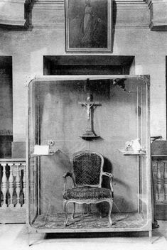 Vintage photo of a few relics of Marie-Antoinette from the Conciergerie prison. Louis Xiv, Roi Louis, French History, European History, Versailles, Paris, French Royalty, Historical Artifacts, French Revolution