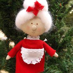 Mamie noël, porte bonheur, poupée miniature de collection, poupée de chiffon 14 cm, décoration à suspendre fait main