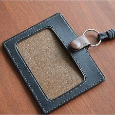 こだわり 大人の本革 IDケース 表・裏の両面にカードを収納でき、IDカード、社員証、交通系のICカード入れとして活用できます。 表のポケットはベルト付で構造的に中身が落ちないので、カード紛失の心配はありません。 Leather Wallet, Leather Bag, Firefighter Gear, Leather Pattern, Id Holder, Chainmaille, Leather Accessories, Leather Working, Leather Craft