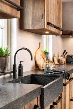 Wood is the material to give your new kitchen the warm and cozy look you want. An oak kitchen often has a rural appearance. But oak is also very suita Kitchen Tops, New Kitchen, Kitchen Decor, Driftwood Kitchen, Kitchen On A Budget, Küchen Design, Interior Design Kitchen, Industrial Kitchen Design, Home Kitchens