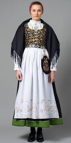 tranum røer bunad (vestfold) #norway #norway #bunad Ethnic Fashion, Boho Fashion, Vintage Fashion, Womens Fashion, Traditional Fashion, Traditional Dresses, Norwegian Clothing, Costumes Around The World, Frozen Costume