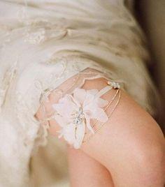 Sublime sous la robe,séduction de jarretière de la mariée   Robe de mariée & demoiselle dhonneur