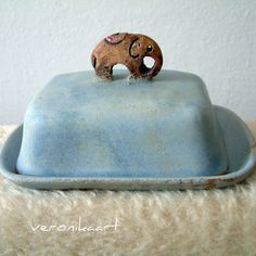 hnědý slon na šedé máselnici máselnice vhodná i k uchovávání sýrů.