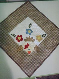 Toalha para Fogão com aplique Galinha. Quiltada e forrada com tecido de algodão. 55x55cm. R$ 45,00