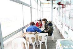 Gongchan, Baro, Sandeul eating