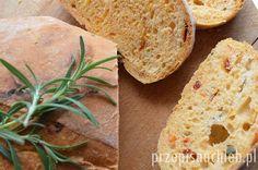 Chleb z rozmarynem i pomidorami. Kolejny szybki chleb, tym razem z rozmarynem i suszonymi pomidorami. Miękki i pachnący – dla fanów włoskich smaków. Zapach suszonych pomidorów i świeżego rozmarynu jest mocno wyczuwalny. Bardzo szybko wyrasta i wystarczy pół godziny, aby go upiec. Polecam! Składniki Przygotowanie Mąkę połączyć z solą, cukrem i drożdżami. Wymieszać. Dodać ciepłą […]