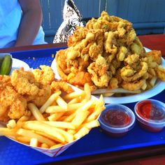 The best restaurant/clam shack fried clams in the Boston MA area: http://visitingnewengland.com/fried_clams.html