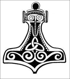 representa el martillo mjolnir perteneciente a el dios THOR el cual se supone vendecia sus tierras ademas de se el dios de trueno