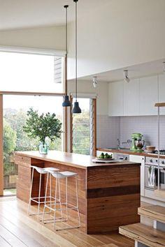 cuisine bois et blanc, ilot central et table