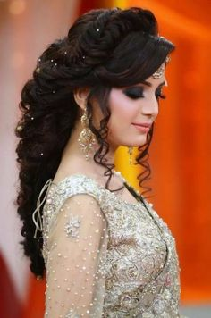 New Hairstyles For Indian Wedding Function- Mehdi, Haldi & Sangeet 2019 - - My list of women's hairstyles Pakistani Bridal Hairstyles, Bridal Hairstyle Indian Wedding, Hairstyles For Gowns, Bridal Hair Buns, Bridal Hairdo, Bride Hairstyles, Hairstyles Videos, School Hairstyles, Easy Hairstyles