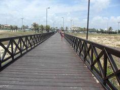 A orla de Atalaia, em Aracaju, é cheia de atrações.A melhor parte para banho é próximo à Passarela do Caranguejo.
