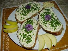 Tvarohová pomazánka s česnekem Czech Recipes, Russian Recipes, Dressing, Canapes, Finger Foods, Avocado Toast, Pesto, Sandwiches, Yummy Food