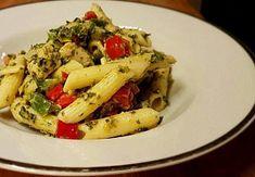 Vynikající těstovinový salát se špenátem Thing 1, Pasta Salad, Chicken, Meat, Ethnic Recipes, Food, Crab Pasta Salad, Essen, Meals