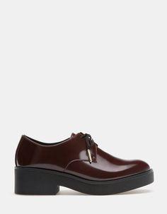 Zapato plano acordonado