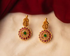 Check out some of the breathtaking imitation antique jewellery designs like necklace sets and earrings from this popular brand called Karuni Jewellers. Antique Jewellery Designs, Gold Ring Designs, Gold Bangles Design, Gold Jewellery Design, Antique Jewelry, Antique Earrings, Antique Gold, Gold Earrings For Kids, Gold Jewelry Simple
