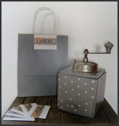 Je vous présente un ancien moulin à café relooké au goût du jour, il a été peint en gris et customisé de petits pois blancs.  Un accessoire décoratif parfait pour une cu - 15973370