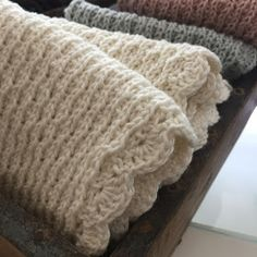 (UPDATE forlænget for ikke at skuffe Knitting For Beginners, Merino Wool Blanket, Knitted Hats, Doll Clothes, Diy And Crafts, Knit Crochet, Handmade, Fil, Model
