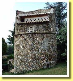 フランス南部プロヴァンス地方のオリーブ農園の鳩小屋