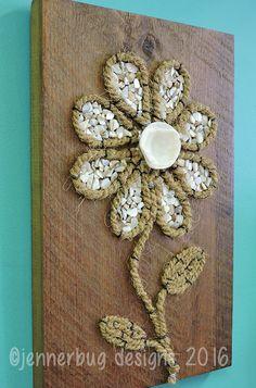 Shell Art - Shell Flower auf Altholz x 14 von JennerbugDesignCo auf Etsy Seashell Projects, Seashell Crafts, Beach Crafts, Stone Crafts, Rock Crafts, Arts And Crafts, Shell Flowers, Rock Flowers, Diy Wall Art