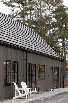 Villa Enhagen i Höllviken — VårgårdaHus Tiny Log Cabins, In Law House, Off Grid House, Bungalow Renovation, Modern Ranch, Exterior Remodel, House Windows, House Extensions, Small House Design