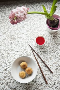 Croquetas de tofu A Food, Good Food, Food And Drink, Food Photography Styling, Food Styling, Tofu, Raw Vegan, Veggie Recipes, Lazy