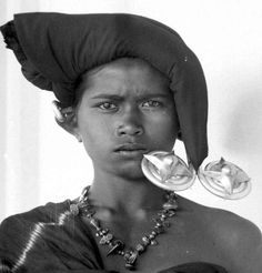 Karo Batak girl, North Sumatra - the odd objects on the side of her face is one pair of her over-sized earrings East Asian Countries, Indonesian Art, Tribal Jewelry, Tribal Art, Southeast Asia, Black And White Photography, Batman, Culture, Portrait