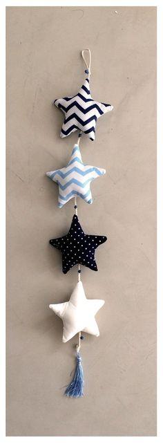 móvil de estrellas azul, celeste y blanco