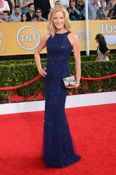 SAG Awards Red Carpet Best-Dressed Celebrities Anna Gunn stunned in a beaded gown by Monique Lhuillier accessorized with Irene Neuwirth jewels and a killer Breaking Bad periodic-table-themed clutch by Edie Parker. Anna Gunn, Purple Gowns, Blue Dresses, Celebrity Dresses, Celebrity Style, Celebrity Gossip, Marine Uniform, Column Dress, Sag Awards