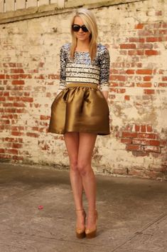 Love this outfit! The metallic gold skirt is super stylish as well as the top. I love how this outfit just stands out. It would be good to wear to a party. Estilo Fashion, Look Fashion, Fashion Models, Fashion Beauty, Skirt Fashion, Fashion Trends, Mode Style, Style Me, Gold Skirt